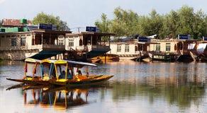 Bateaux de Shikara sur Dal Lake avec des bateaux-maison à Srinagar Photographie stock libre de droits