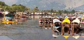 Bateaux de Shikara sur Dal Lake avec des bateaux-maison à Srinagar Photos libres de droits