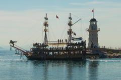 bateaux de style du pirate et un phare outre de la côte d'Alanya Mer et montagnes sur l'horizon Alanya, secteur d'Antalya, Turqui image stock