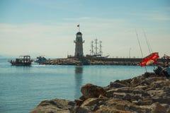 bateaux de style du pirate et un phare outre de la côte d'Alanya Mer et montagnes sur l'horizon Alanya, secteur d'Antalya, Turqui photo libre de droits