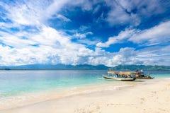 2 bateaux de tangon sur un beau sable blanc échouent Photos stock