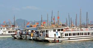 Bateaux de touristes amarrés dans la baie de Halong Image stock
