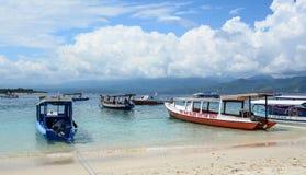 Bateaux de touristes attendant à la jetée dans Lombok image libre de droits