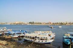 Bateaux de touristes au pilier sur la rive est du Nil, Egypte photographie stock