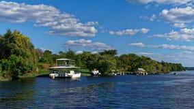Bateaux de touristes de croisière de rivière, la rivière Zambesi, parc national de Chobe, Botswana images libres de droits