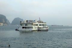 Bateaux de touristes dans la baie Vietnam de halong Images libres de droits