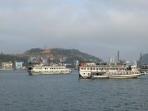Bateaux de touristes dans la baie Vietnam de halong Image libre de droits