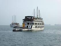 Bateaux de touristes dans la baie Vietnam de halong Photos stock
