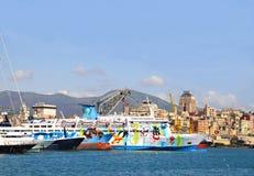 Bateaux de touristes dans le vieux port de Gênes Image stock