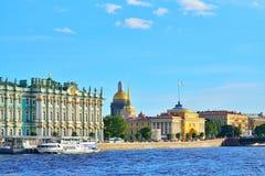 Bateaux de touristes flottant sur la rivière de Neva sur le fond du Th Photos stock