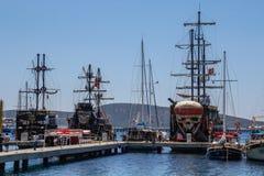 Bateaux de touristes de navigation énormes Bateau de pirate - Néerlandais de vol images stock