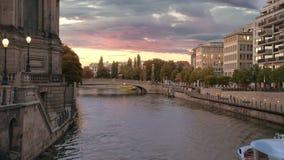 Bateaux de touristes naviguant sur la rivière près de l'île des musées à Berlin Rassemblement et bain dans différentes directions banque de vidéos