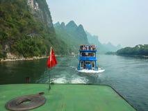 Bateaux de touristes sur la rivière de Li, Guilin à Yangshuo, Xingping, Chine photographie stock libre de droits
