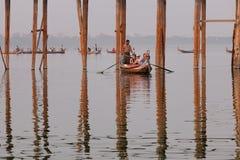 Bateaux de touristes sur le lac à Mandalay, Myanmar Images libres de droits