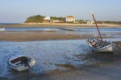 Bateaux de Troia amarrés à la marée basse Image libre de droits