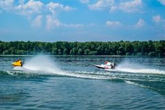 Bateaux de vitesse sur l'eau photos stock