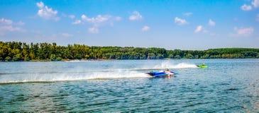 Bateaux de vitesse sur le lac photos libres de droits