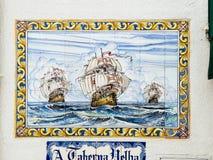 Bateaux des explorateurs sur un trellis portugais typique photographie stock libre de droits