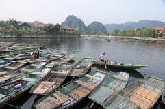 Bateaux en bois à la jetée en Tam Coc, Ninh Binh, Vietnam Photographie stock