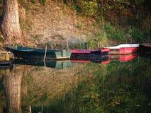 Bateaux en bois colorés en Autumn Fall photos libres de droits