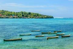 Bateaux en bois dans l'Océan Indien près de Nusa Lembongan, Indonésie photos libres de droits
