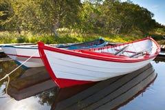 Bateaux en bois de flottement avec la réflexion dans une eau Photographie stock libre de droits
