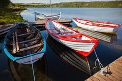 Bateaux en bois de flottement de couleur avec des palettes dans un lac Images libres de droits