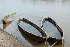 Bateaux en bois oubliés sur la rivière Image stock