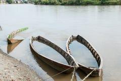 Bateaux en bois oubliés sur la rivière Photographie stock