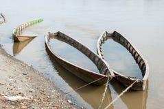 Bateaux en bois oubliés sur la rivière Photo stock