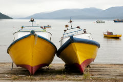 Bateaux en bois - Puerto Cisnes - Chili Photo stock