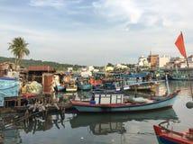 Bateaux en bois s'accouplant sur Cai River en île de Phu Quoc Images stock