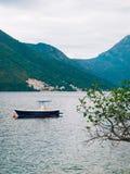 Bateaux en bois sur l'eau Dans la baie de Kotor dans Monténégro MA Image stock