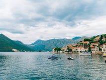 Bateaux en bois sur l'eau Dans la baie de Kotor dans Monténégro MA Images stock