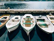 Bateaux en bois sur l'eau Dans la baie de Kotor dans Monténégro MA Photos libres de droits