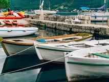Bateaux en bois sur l'eau Dans la baie de Kotor dans Monténégro MA Photo libre de droits