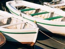 Bateaux en bois sur l'eau Dans la baie de Kotor dans Monténégro MA Photos stock