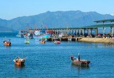 Bateaux en bois sur la baie de Nha Trang image libre de droits