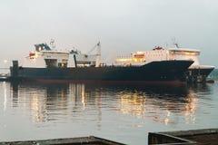 Bateaux en brouillard de port images stock