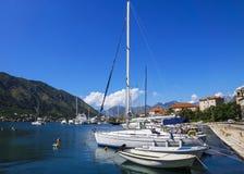 Bateaux en mer bleue, Kotor, Monténégro Photographie stock
