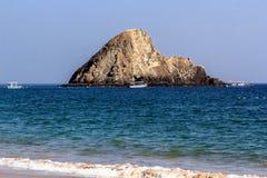 Bateaux en mer outre de l'île rocheuse Paysage marin Images stock
