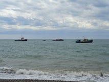 Bateaux en mer près du rivage, ciel étonnant avec des nuages Image stock