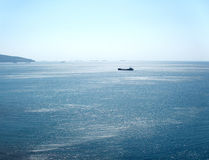 Bateaux entre le ciel et la mer Photographie stock libre de droits