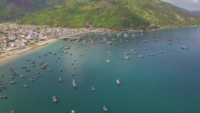 Bateaux et bateau de pêche se tenant dans la baie de mer et le paysage de l'eau et vert bleu de montagnes d'antenne Bateaux de na clips vidéos