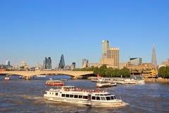 Bateaux et bateaux à Londres Photographie stock libre de droits