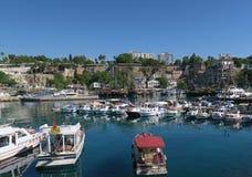 Bateaux et bateaux de navigation pour des touristes dans le port d'Antalya Images libres de droits