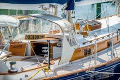 Bateaux et bateaux de pêche dans la marina de port Images libres de droits