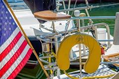Bateaux et bateaux de pêche dans la marina de port Image stock
