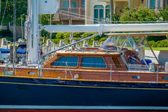 Bateaux et bateaux de pêche dans la marina de port Images stock