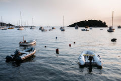 Bateaux et bateaux en mer dans Rovinj, Croatie au coucher du soleil Image stock